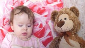 De baby speelt met speelgoed stock videobeelden