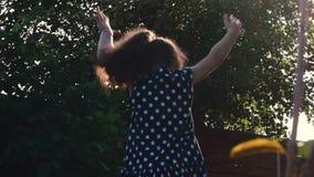 De baby speelt met water, op een zonnige hete dag stock videobeelden
