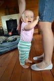 De baby treft eerste maatregelen stock afbeeldingen