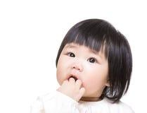 De baby van Azië zuigt vinger in mond stock foto's