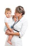 De baby van de de artsenholding van Pediatrist op haar handen royalty-vrije stock afbeelding