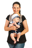 De baby van de moedergreep in zeemanskostuum Stock Afbeeldingen