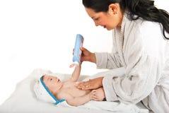 De baby van de moedermassage na bad Stock Fotografie