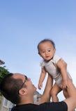 De baby van de papagreep omhoog Stock Afbeelding