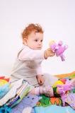De baby van de roodharige het spelen Royalty-vrije Stock Foto's