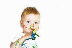 De baby van de schoonheid met verf op wit stock afbeeldingen