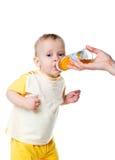 De baby van de schreeuw drinkt vruchtesap Royalty-vrije Stock Fotografie