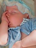De baby van de slaap en zuigt zijn vinger royalty-vrije stock afbeeldingen
