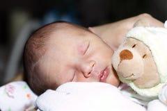 De baby van de slaap met teddy Stock Foto's