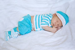 De baby van de slaap Pasgeboren, jong geitjeart. De slaap van het schoonheidskind in schoenen en Royalty-vrije Stock Foto