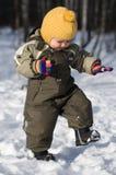 De baby van de winter stap tegen sneeuwbos Stock Fotografie