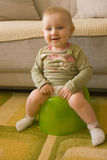 De baby van de zitting op onbenullig Stock Foto