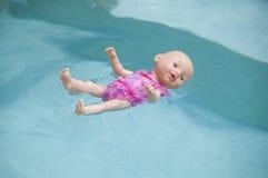 De baby van het stuk speelgoed - pop het drijven Stock Foto