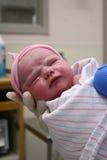 De baby van Neworn die door verpleegster wordt gehouden Royalty-vrije Stock Afbeelding