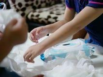 De baby veegt wordt teruggetrokken van het pakket overal de lijst door babys af royalty-vrije stock afbeelding