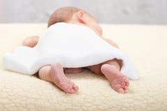 De baby wacht op een massage Stock Afbeeldingen