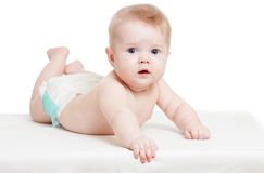 De baby weared luier liggend op bed Stock Afbeelding