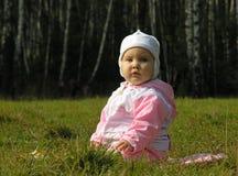 De baby zit op gras Stock Foto