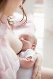 De baby zoogt Stock Foto