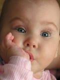 De baby zoogt Vinger Stock Foto's