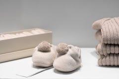 De de de babybuiten, sweaters en sokken van natuurlijke beige stoffen worden gemaakt liggen op de lijst die royalty-vrije stock foto's