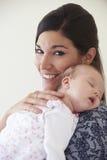 De Babydochter van de moeder Knuffelende Slaap Stock Afbeeldingen