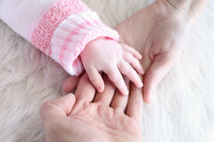 De babyhand in oudershanden, sluit omhoog Royalty-vrije Stock Foto