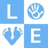 De babyhand van de babyjongen en voeten van de drukkenaankomst de kaart Stock Foto's