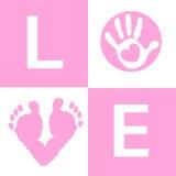 De babyhand van het babymeisje en voeten van de drukkenaankomst de kaart Royalty-vrije Stock Fotografie