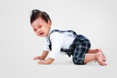 De babyjongen bepaalt aan het schreeuwen Stock Afbeelding