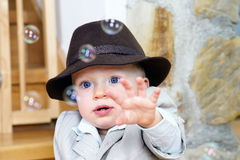 De babyjongen die bellen vangt Royalty-vrije Stock Foto