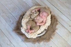 De babyjongen met Beerhoed en de Pluche dragen Stuk speelgoed Stock Afbeelding