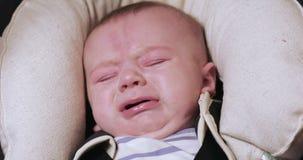 De babyjongen schreeuwt en getroost stock video