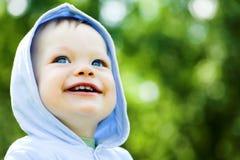 De babyjongen van de glimlach in blauw Stock Afbeelding