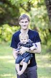 De babyjongen van de papaholding Stock Foto
