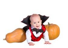 De babyjongen van Halloween in draculamantel met het pumpking Royalty-vrije Stock Foto