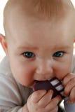 De babyjongen van het tandjes krijgen met een stuk speelgoed Royalty-vrije Stock Fotografie
