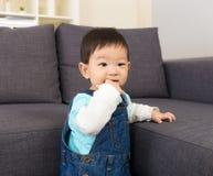 De babyjongen zuigt vinger royalty-vrije stock afbeelding