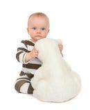 De babymeisje die van het zuigelingskind zachte teddybeer koesteren Royalty-vrije Stock Afbeeldingen