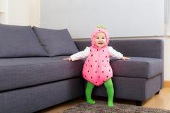 De babymeisje van Azië met aardbeivulling royalty-vrije stock afbeelding