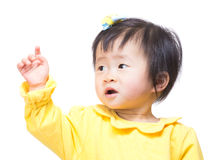 De babymeisje van Azië opzij en hand die omhoog eruit zien stock foto's