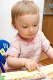 De babymeisje van de lezing stock afbeelding