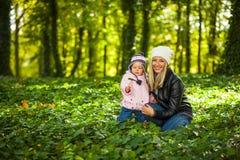 De babymeisje van de zuigeling in park royalty-vrije stock foto