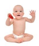 De babypeuter die van het zuigelingskind rode hartvalentijnskaarten houden Stock Afbeelding