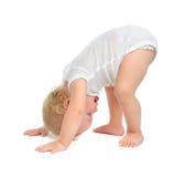 De babypeuter van het zuigelingskind het gelukkige glimlachen met hand en het proberen aan Stock Afbeelding
