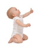 De babypeuter van het zuigelingskind het glimlachen met handduim ondertekent omhoog Royalty-vrije Stock Afbeeldingen
