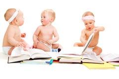 De babys groeperen lezingsboeken stock afbeeldingen