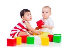 De babys spelen blokstuk speelgoed Royalty-vrije Stock Foto's