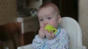 De babyzitting en eet thuis stock video