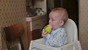 De babyzitting en eet thuis stock footage